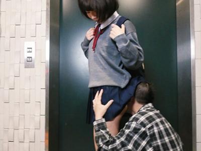 「もう辛抱たまらんーーっ♡」ロリカワ制服美少女のミニスカ生足ニーソに超絶発情部屋に入る前にフライングで美尻クンクン
